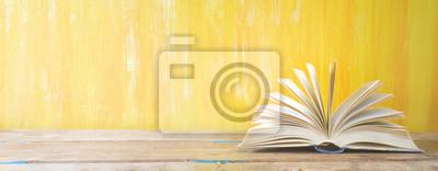 Obraz otwarta książka na pomarańczowym tle grungy, panoramiczny, dobrej kopi