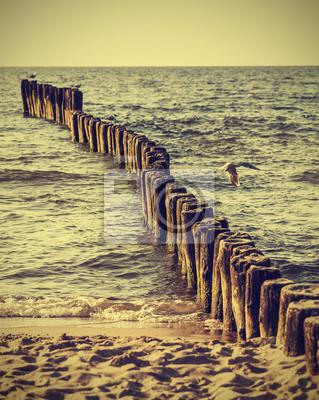 Pale drewniane na plaży, rocznika efekt Instagram.