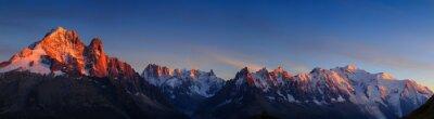 Obraz Panorama Alp w pobliżu Chamonix, z Aiguille Verte, Les Drus, Auguille du Midi i Mont Blanc, podczas zachodu słońca.