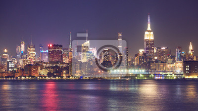 Panorama nabrzeża Nowego Jorku w nocy, USA.