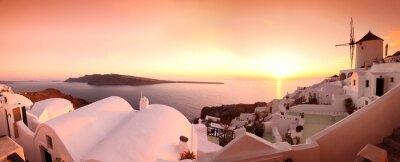 Obraz Panorama Santorini z wiatrakami i widokiem na morze w Grecji
