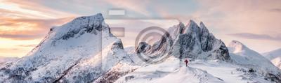Obraz Panorama stromych szczytów gór z pokrytym śniegiem i alpinistą