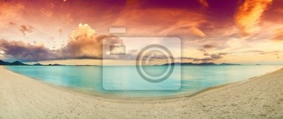 Panorama tropikalnej plaży przed zachodem słońca.