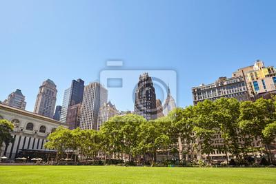 Panoramę Nowego Jorku w słoneczny letni dzień widziany z Bryant Park, USA.
