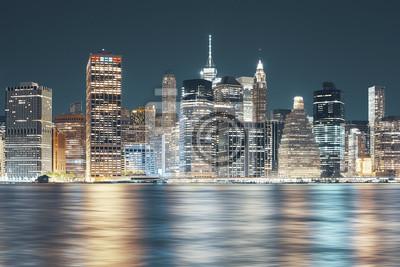 Panoramę Nowego Jorku widziana z Brooklynu w nocy, zastosowano tonację kolorową, USA.
