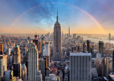 Obraz Panoramę Nowego Jorku z miejskich wieżowców i tęczy.