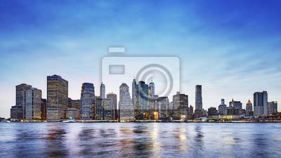 Panoramiczny obrazek Manhattan linia horyzontu przy półmrokiem, Miasto Nowy Jork, usa.