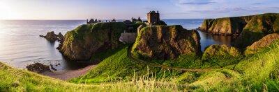 Obraz Panoramiczny widok na Zamek Dunottar na wschód słońca na wschodnim wybrzeżu Szkocji. Aberdeenshire, Wielka Brytania