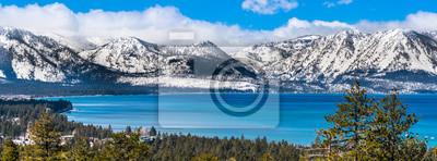 Obraz Panoramiczny widok w kierunku jeziora Tahoe w słoneczny, pogodny dzień; w tle pokryte śniegiem góry Sierra; wiecznie zielone lasy na pierwszym planie