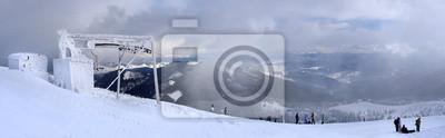 Panoramiczny widok z góry i wyciąg narciarski