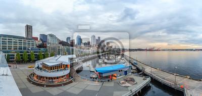 Panoramiczny widok z Seattle Downtown i Pier Antoniego 66