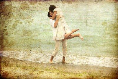Obraz Para całuje się na plaży.