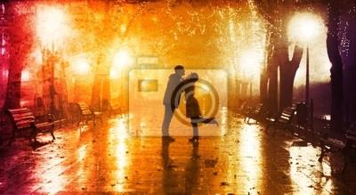 Para chodzenia na aleja w nocy światła.