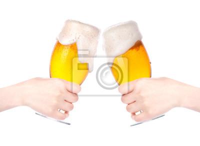 Para szklanki piwa z ręką dokonując samodzielnie tosty