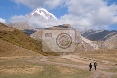Para Turystów wędrująca W stronę szczytu Kazbek.