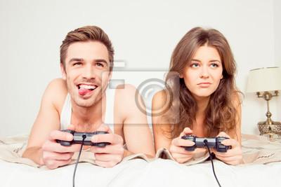 Obraz Para zakochanych granie w gry wideo w sypialni