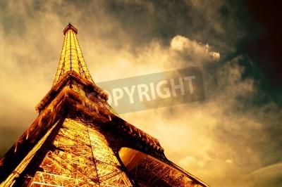 Obraz PARIS - 22 czerwca: Wieża Eiffla w nocy podświetlane nieba 22 czerwca 2010 w Paryżu. Wieża Eiffla jest jednym z najbardziej rozpoznawalnych zabytków na świecie.