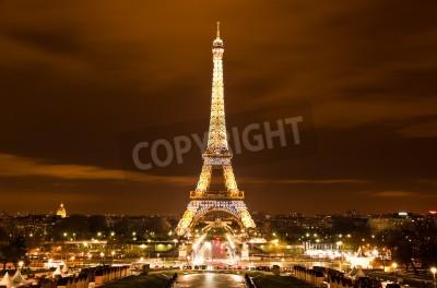 Obraz Paryż, Francja - 2 grudnia: Uroczyste oświetlenie wieży Eiffla w dniu 2 grudnia 2010 roku w Paryżu, we Francji. Wieża Eiffla jest najczęściej odwiedzanym zabytkiem Francji.