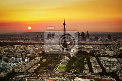 Paryż, Francja na zachód słońca. Widok na Wieżę Eiffla