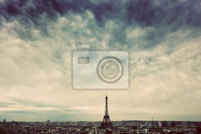 Paryż, Francja panoramę z wieży Eiffla. Ciemne chmury, vintage