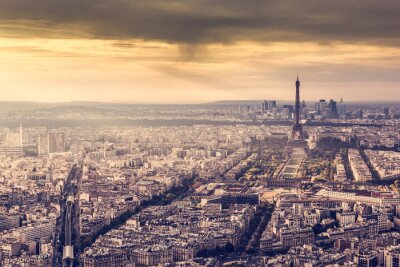Paryż, Francja Skyline o zachodzie słońca. Wieża Eiffla w romantycznej złotym światłem