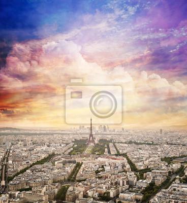 Paryż, Francja Skyline z fantastycznym unikalnej niebie słońca. Wieża Eiffla w ciepłym świetle