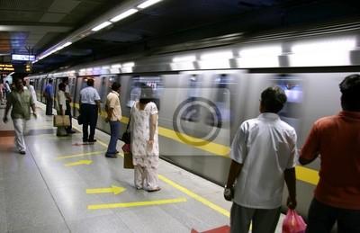 Obraz pasażerów oczekujących na metro pociąg, Delhi, Indie