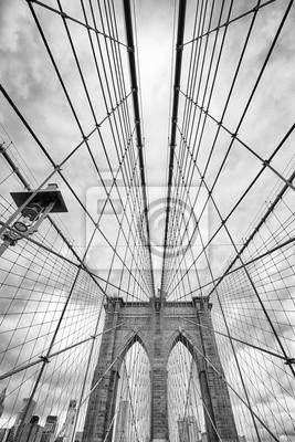 Patrząc na Brooklyn Bridge, Nowy Jork, USA.