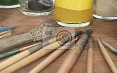 Pędzel / Pędzel farbą olejną na tle drewna.