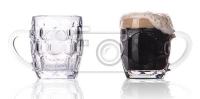 pełne i puste szklanki do piwa wyizolowanych