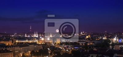 Pełnia księżyca nad miastem, Praga w nocy, Czechy.