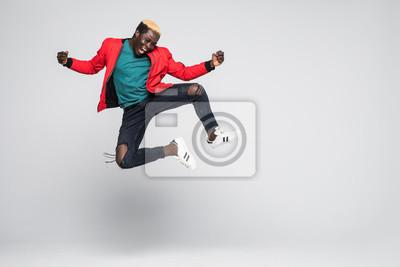 Obraz Pełny długość portret rozochocony afro amerykański mężczyzna doskakiwanie odizolowywający na białym tle