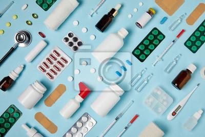 Obraz pełny strzał z ułożonych różnych materiałów medycznych na niebieskiej powierzchni