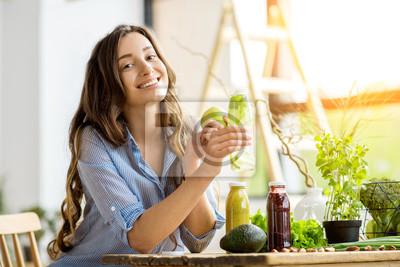 Obraz Pi? Kna kobieta szcz ?? liwy posiedzenia z napojami i zdrowych zielonych? Ywno? Ci w domu. Wegańskie posiłki i koncepcja detox