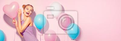 Obraz Pi? Kna radosna nastoletnia dziewczyna z kolorowych balonów powietrznych zabawy na ró? Owym tle