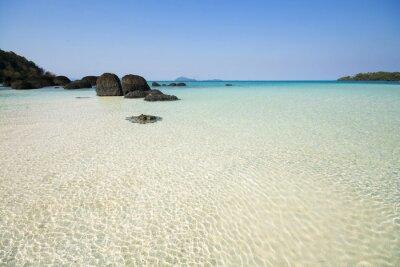 Piasek plaża z jasną wodą morską i niebieskim niebem. Wyspa w Zatoce Tajlandzkiej.