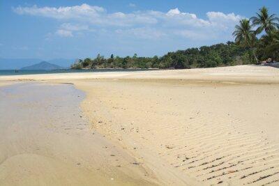 Piasek plaża z zieloną wodą morską i niebieskim niebem. Wyspy w Morzu Andamańskim, Tajlandia.