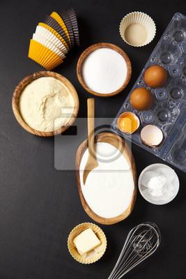 Obraz pieczenia składników na ciemności. jogurt, semoliny, jajka i masło. zestaw