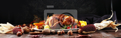 Obraz Pieczony indyk lub kurczak. Świąteczny stół jest podawany z indykiem, ozdobionym owocami, sałatką i orzechami. Smażony kurczak, stół. obiad świąteczny