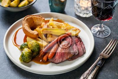 Obraz Pieczony obiad z wołowiną, marchewką, brukselką i budyniem yorkshire