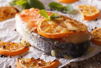 Obraz Pieczony stek z łososia z pomarańczy zbliżenie na papierze do pieczenia. poziomy