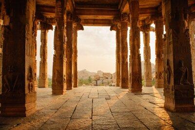 Obraz Piękna architektura starożytnych ruines z świątyni w Hampi