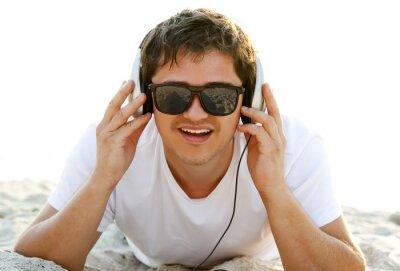 Piękna brunetka ludzie ze słuchawkami na plaży w sunrise t