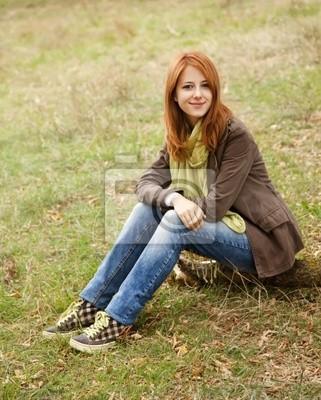 Piękna dziewczyna na zewnątrz w czasie jesieni