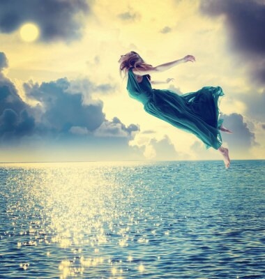 Obraz Piękna dziewczyna skoki w nocnym niebie