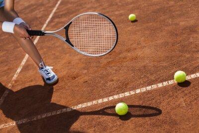 Obraz Piękna dziewczyna uśmiecha się z rakietą tenisową