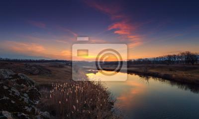 Piękna jesień zachód słońca nad rzeką