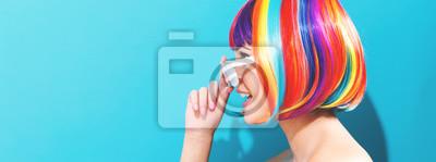 Obraz Piękna kobieta w kolorowej perukę
