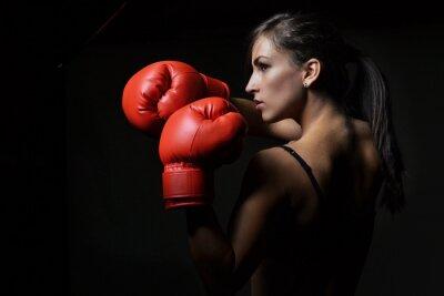 Obraz piękna kobieta z czerwonym rękawice bokserskie