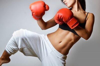 Obraz piękna kobieta z czerwonym rękawice bokserskie, studio strzał
